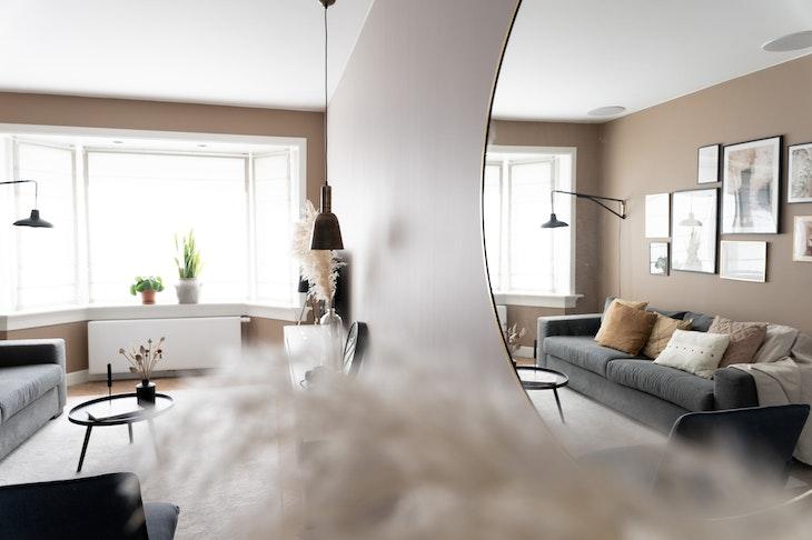 [] Urban taupe woonkamer interieur spiegel
