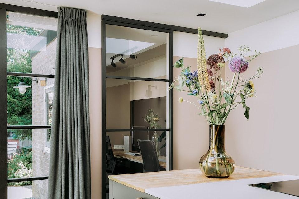 stalen schuifdeur color gordijnen bloemen flexa deadsalmon  stalen schuifdeur kantoor gordijnen bloemen deadsalmon
