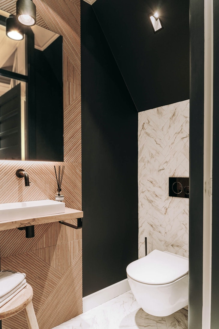 toilet design interieur wasbak kraan visgraat marmer tegel