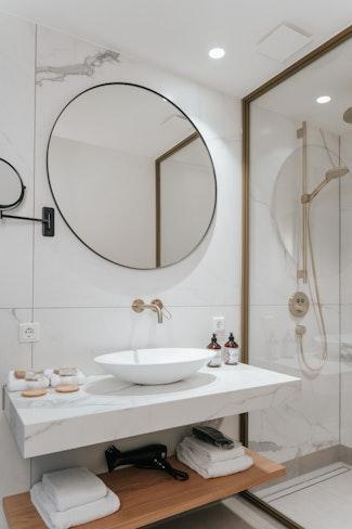 interieur design hotspot hotel hotelovernachting hattem badkamer marmer goud axor lamp verlichting
